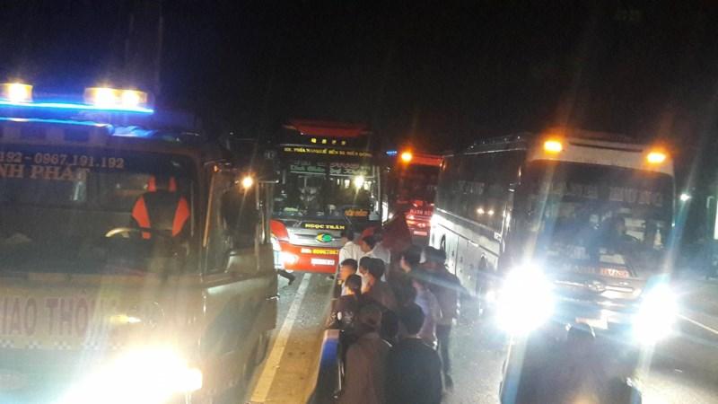 Kinh hoàng: 3 xe giường nằm tông nhau, 20 người thương vong - 4