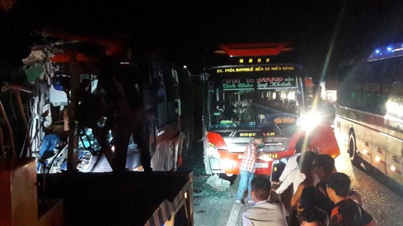 Kinh hoàng: 3 xe giường nằm tông nhau, 20 người thương vong - 5