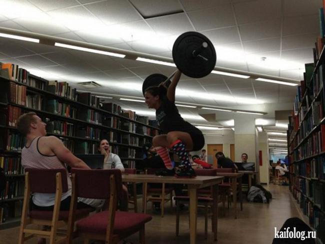 Đã bảo mà, vào thư viện biểu diễn sẽ có nhiều người xem hơn.