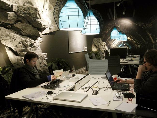Không gian làm việc như trong những hang động hoang sơ thời tiền sử.
