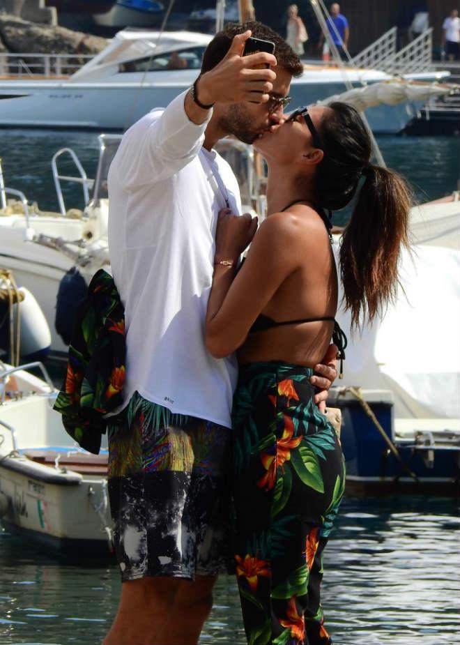 """""""Bồ già"""" diện bikini rực lửa, ôm hôn """"Tiểu Federer"""" say đắm - 11"""