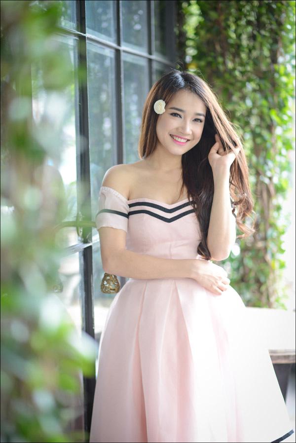 """Váy áo """"lả lơi"""" lộ vai nõn nà của bạn gái Trường Giang - 6"""