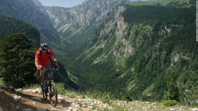 Vườn quốc gia Durmitor: Được hình thành bởi các dòng sông băng, nơi đây có phong cảnh thiên nhiên kỳ thú và phù hợp cho hoạt động đạp xe leo núi.