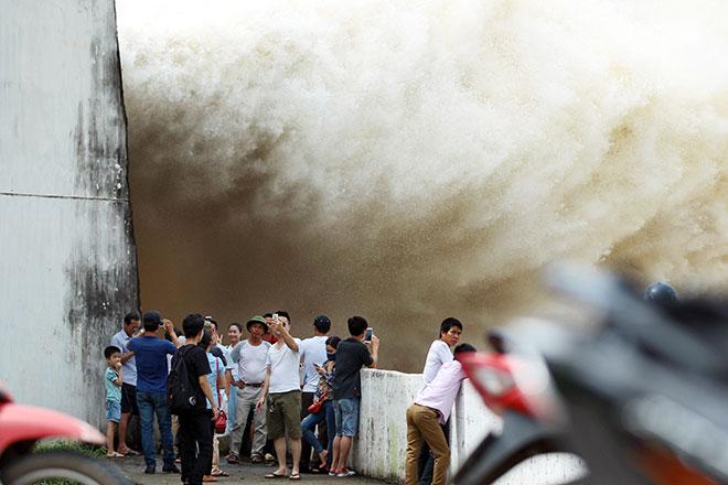 """Bất chấp nguy hiểm, dân đổ xô đi xem nước """"gầm"""" trên hồ thủy điện - 1"""