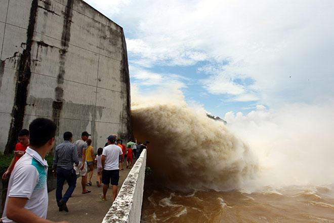 """Bất chấp nguy hiểm, dân đổ xô đi xem nước """"gầm"""" trên hồ thủy điện - 4"""