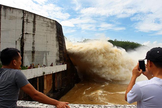 """Bất chấp nguy hiểm, dân đổ xô đi xem nước """"gầm"""" trên hồ thủy điện - 6"""