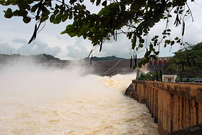 """Bất chấp nguy hiểm, dân đổ xô đi xem nước """"gầm"""" trên hồ thủy điện - 2"""