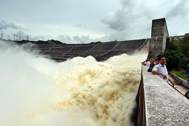 """Bất chấp nguy hiểm, dân đổ xô đi xem nước """"gầm"""" trên hồ thủy điện - 3"""