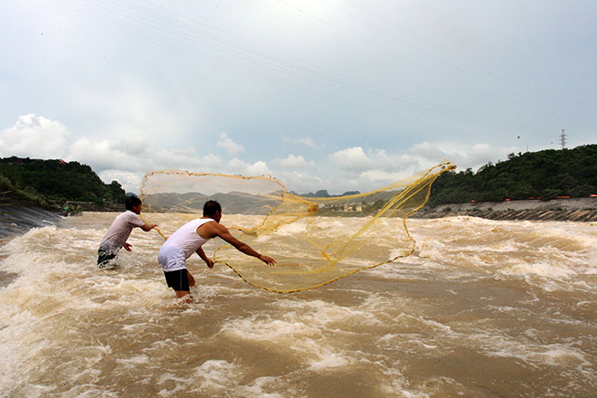 """Bất chấp nguy hiểm, dân đổ xô đi xem nước """"gầm"""" trên hồ thủy điện - 9"""