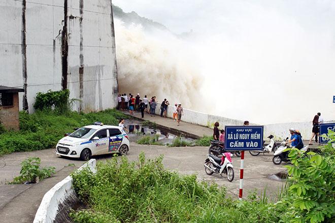 """Bất chấp nguy hiểm, dân đổ xô đi xem nước """"gầm"""" trên hồ thủy điện - 7"""