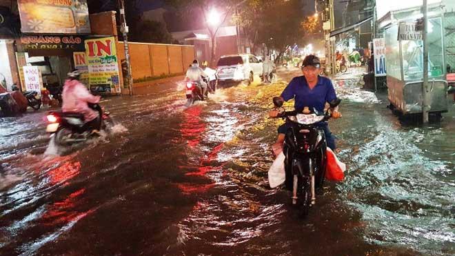 """Mưa """"chớp mắt"""" từ chiều, đến nửa đêm Sài Gòn vẫn còn ngập - 1"""