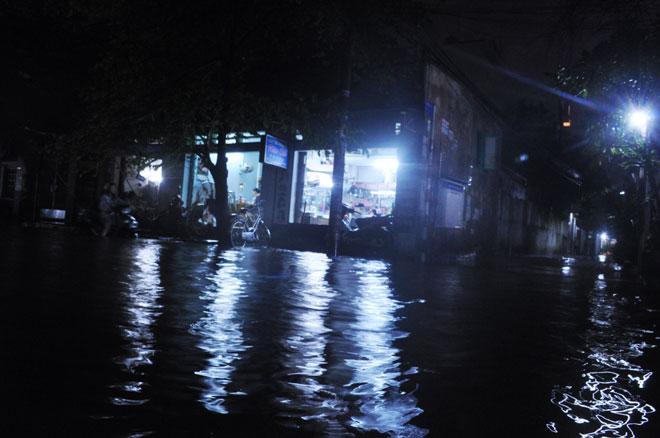 """Mưa """"chớp mắt"""" từ chiều, đến nửa đêm Sài Gòn vẫn còn ngập - 9"""