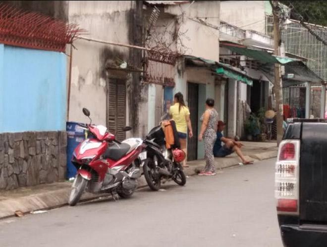 Vợ bị chồng lột đồ ngoài đường và tra khảo - 1
