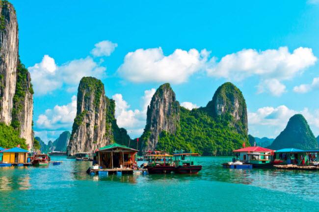 Vịnh Hạ Long, Việt Nam: Du khách có thể đi tàu tham quan làng chài Cửa Vạn nằm giữa các ngọn núi đá vôi trên biển.