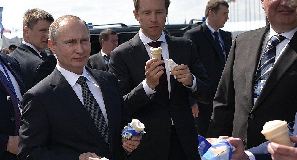 Video: Hành động bất ngờ của Putin khi thấy quầy bán kem - 1