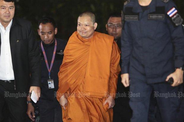 Nhà sư ăn chơi nhất Thái Lan cười tươi khi về nước - 1
