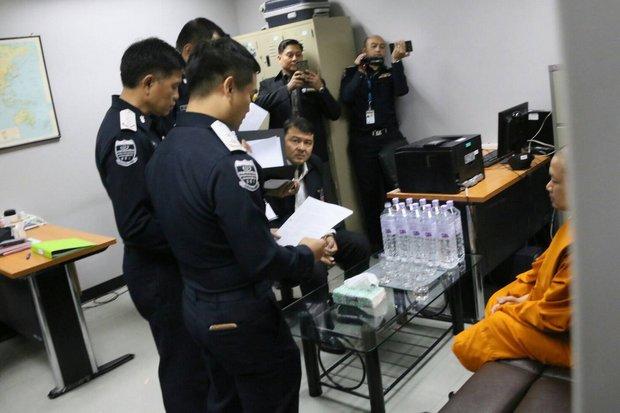 Nhà sư ăn chơi nhất Thái Lan cười tươi khi về nước - 2