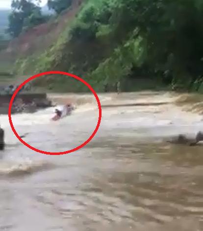Clip: Cố đi qua đập tràn, người đàn ông cùng xe máy bị nước lũ cuốn trôi - 1