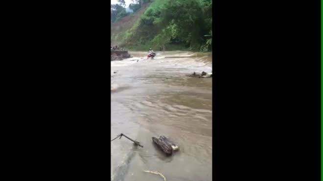 Clip: Cố đi qua đập tràn, người đàn ông cùng xe máy bị nước lũ cuốn trôi