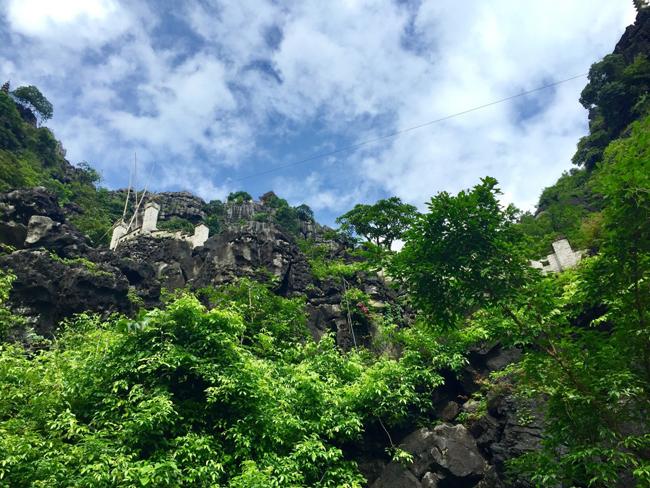 Ngay khi bước vào cổng khu du lịch hang múa, con đường bậc thang dẫn tới đỉnh núi đã hiện rõ tạo sự hấp dẫn đối với du khách.