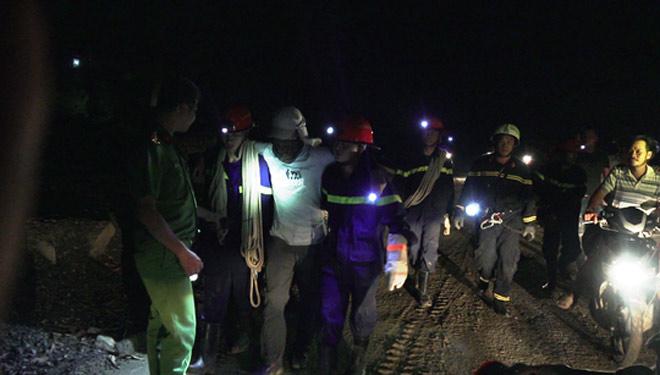Hơn 6 giờ nghẹt thở giải cứu nạn nhân mắc kẹt trong rừng sâu - 3