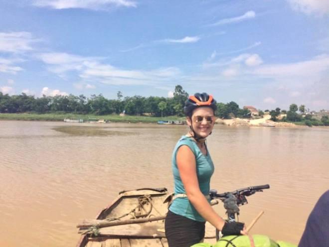 Đạp xe xuyên Việt, nữ phượt thủ người Anh hết mất điện thoại tới mất xe - 1