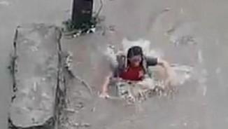 Đường ngập, cô gái Nepal đang đi bị miệng cống nuốt chửng