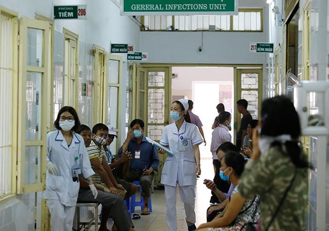 Bệnh nhân nằm chồng chéo vì sốt xuất huyết - 1