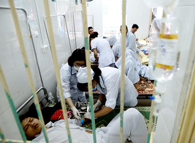 Bệnh nhân nằm chồng chéo vì sốt xuất huyết - 11