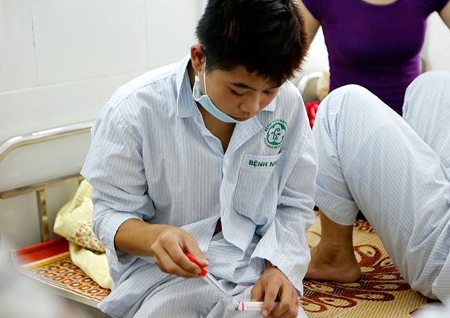 Bệnh nhân nằm chồng chéo vì sốt xuất huyết - 12