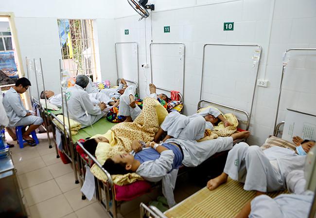Bệnh nhân nằm chồng chéo vì sốt xuất huyết - 2