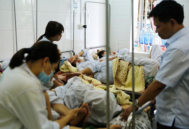 Bệnh nhân nằm chồng chéo vì sốt xuất huyết - 3