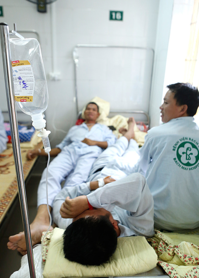 Bệnh nhân nằm chồng chéo vì sốt xuất huyết - 4