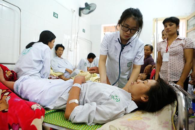 Bệnh nhân nằm chồng chéo vì sốt xuất huyết - 6