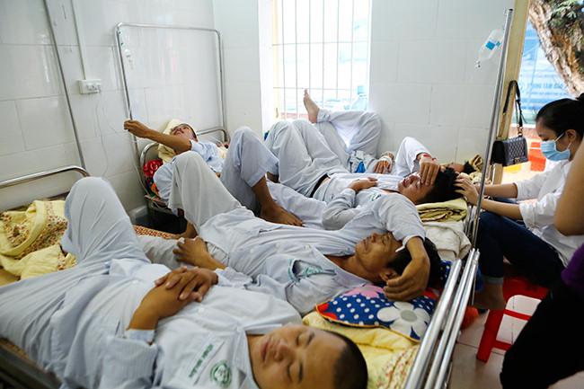 Bệnh nhân nằm chồng chéo vì sốt xuất huyết - 8