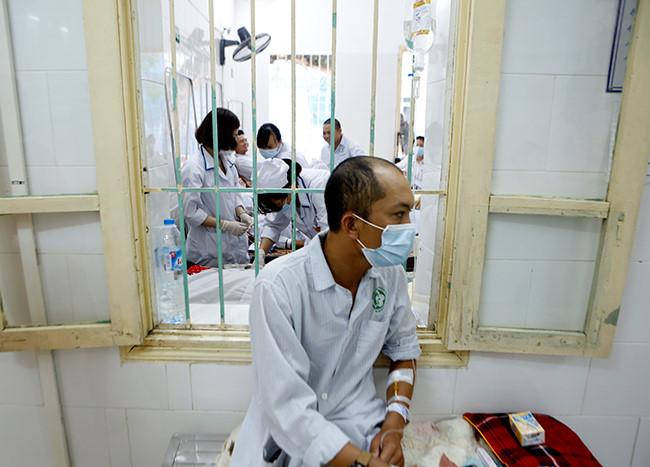 Bệnh nhân nằm chồng chéo vì sốt xuất huyết - 9