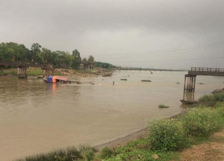 Cầu Sông Hoàng đổ sập, một phụ nữ rơi xuống sông - 1