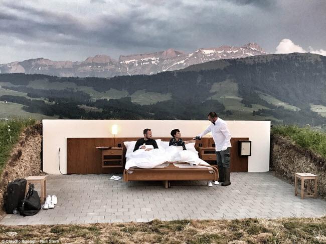 Lạ lùng khách sạn không có gì ngoài giường trên núi Alps - 1