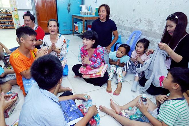 Việt Hương khóc nghẹn khi được chồng thể hiện tình cảm trên truyền hình - 8