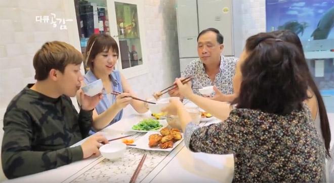 """Hari Won hé lộ chuyện """"khó tưởng tượng"""" khi sống chung với bố mẹ Trấn Thành - 1"""