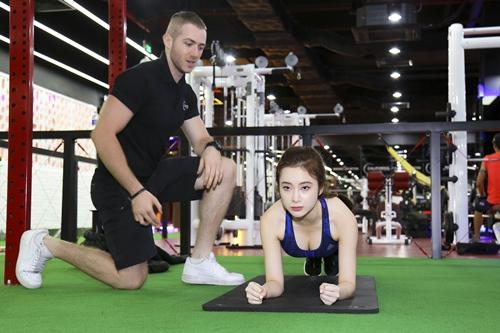 """Angela Phương Trinh tái xuất khoe 3 vòng """"bỏng mắt"""" ở phòng tập - 10"""