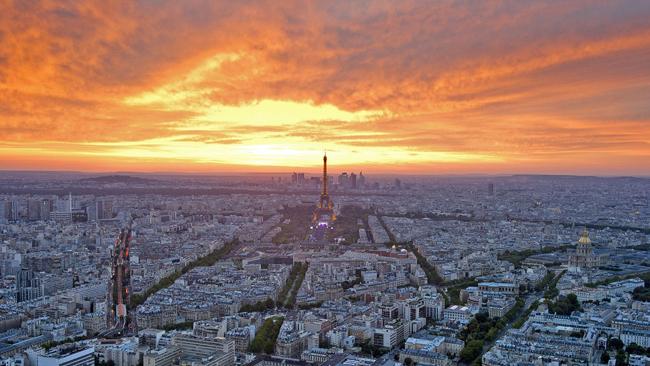 Theo thống kê, kinh đô ánh sáng của Pháp có tới hơn 6.000 đường phố chính thức được đặt tên. Sự hấp dẫn của Paris nằm ở chỗ nơi đây luôn có điều gì đó mới mẻ để khám phá, ngay cả đối với những người tin rằng họ đã thấy tất cả những gì nổi bật nhất.