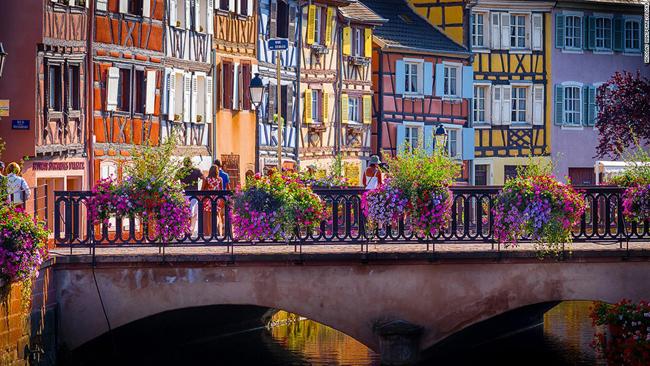 Colmar là một thị trấn đầy màu sắc. Bờ những con kênh được trồng hoa rực rỡ, điểm xuyết thêm cho các dãy nhà được sơn sáng màu. Được biết đến như là thủ phủ rượu vang của vùng Alsace, giáp với Đức, Colmar cũng là quê hương của Frederic Auguste Bartholdi, nhà điêu khắc đã thiết kế Tượng Nữ thần Tự do nổi tiếng nước Mỹ.