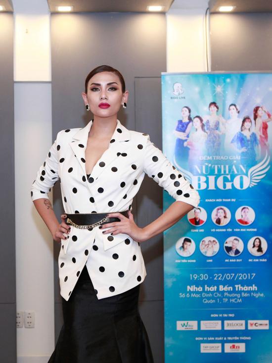 Phớt lờ mọi ồn ào, Võ Hoàng Yến làm giám khảo cùng MC Tùng Leo - 1