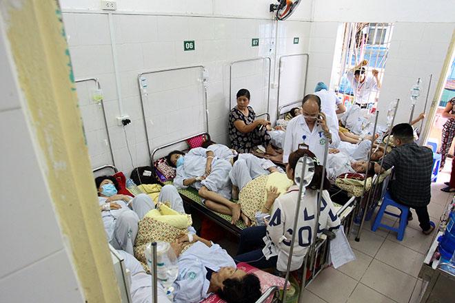 Bệnh viện quá tải, bác sĩ quay cuồng vì dịch sốt xuất huyết - 1