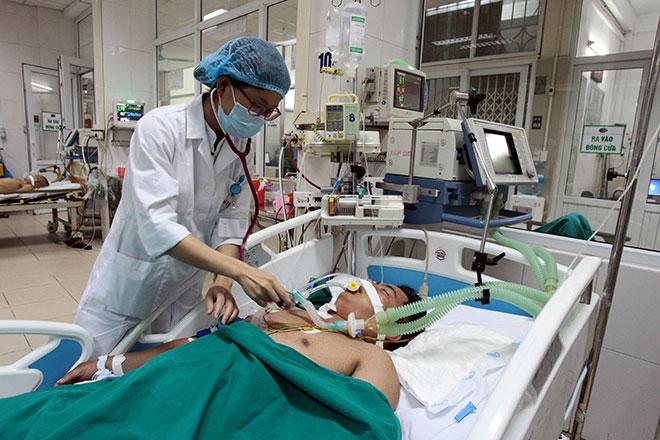 Bệnh viện quá tải, bác sĩ quay cuồng vì dịch sốt xuất huyết - 7