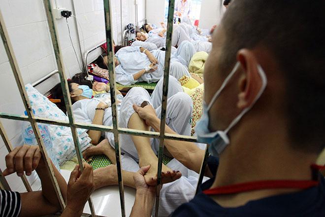 Bệnh viện quá tải, bác sĩ quay cuồng vì dịch sốt xuất huyết - 11