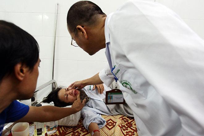 Bệnh viện quá tải, bác sĩ quay cuồng vì dịch sốt xuất huyết - 12
