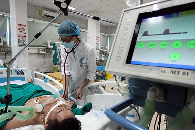 Bệnh viện quá tải, bác sĩ quay cuồng vì dịch sốt xuất huyết - 9