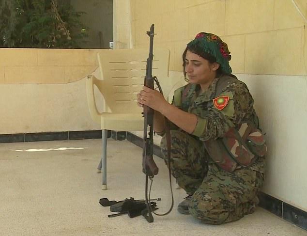 Nữ nô lệ tình dục cầm súng thề trả thù khủng bố IS - 1